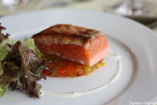 Ratatouille en gelée, saumon croustillant et salade mélangée