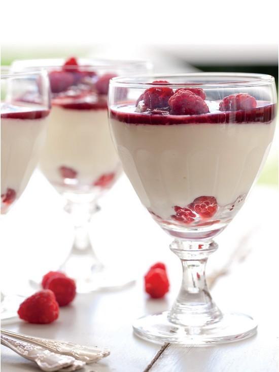 Parfaits au yaourt et aux framboises ©Annabel Langbein -