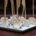 Sucettes de poires au fromage de chèvre et aux noisettes concassées -