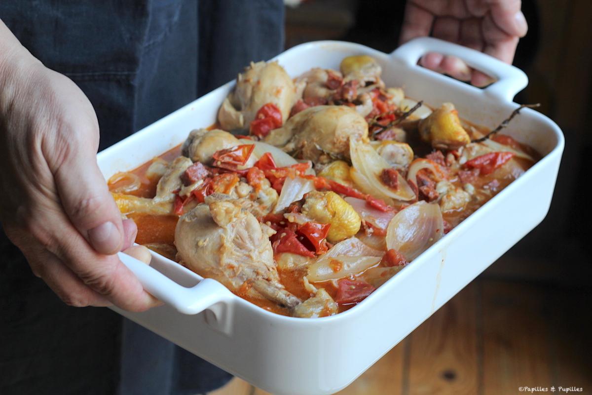 Poulet en cocotte aux oignons, tomates, vin blanc et chorizo
