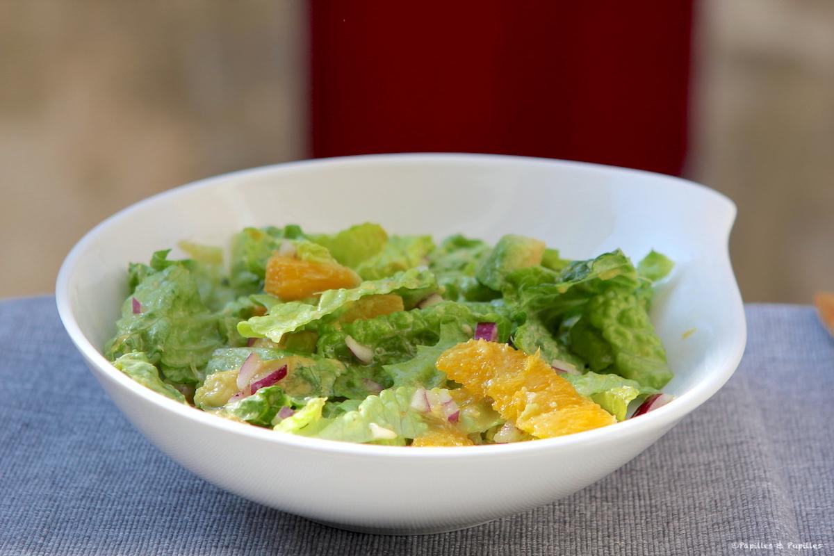 Salade hivernale à l'avocat, orange, oignon rouge et salade romaine