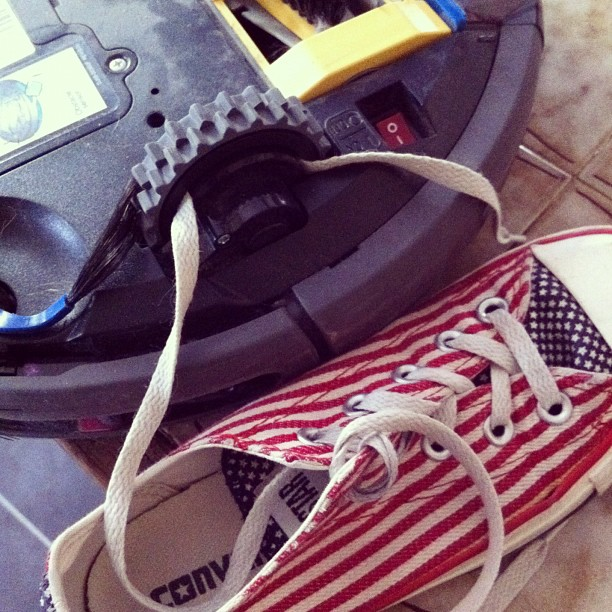 Bouhhhh le robot aspi a mangé la chaussure :(
