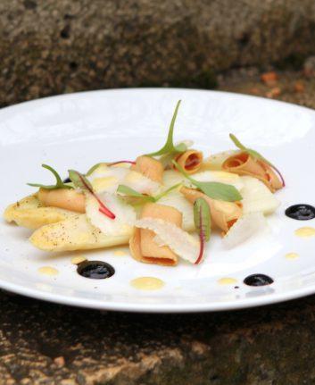 Asperges blanches, copeaux de foie gras et fraises vertes
