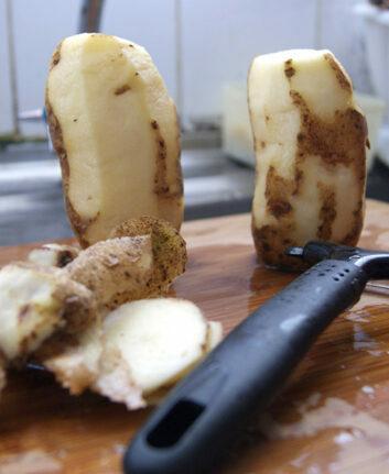 Éplucher des pommes de terre