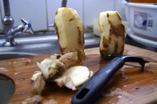 Peler des pommes de terre ©aniel4lom CC BY-SA 2.0