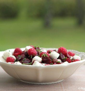 Salade de betteraves rouges aux framboises du jardin et au fromage frais