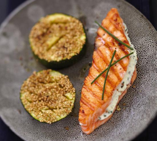 Saumon écossais Label Rouge grillé au fromage frais et à la ciboulette, courgettes au sésame