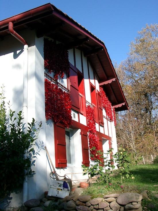 Séchage traditionnel en façade du piment d'Espelette - Syndicat de l'AOP Piment d'Espelette