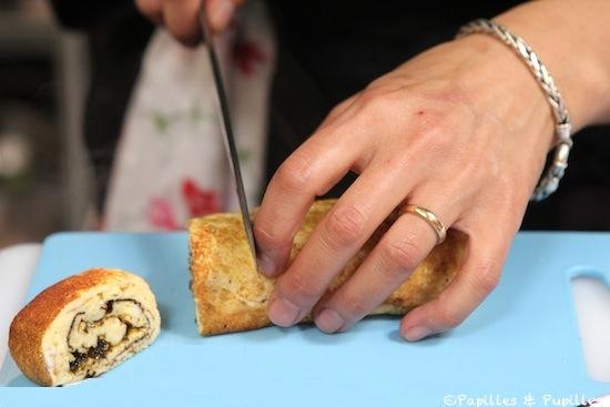 Junko coupe l'omelette