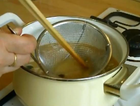 Pour incorporer la pâte de miso dans le dashi