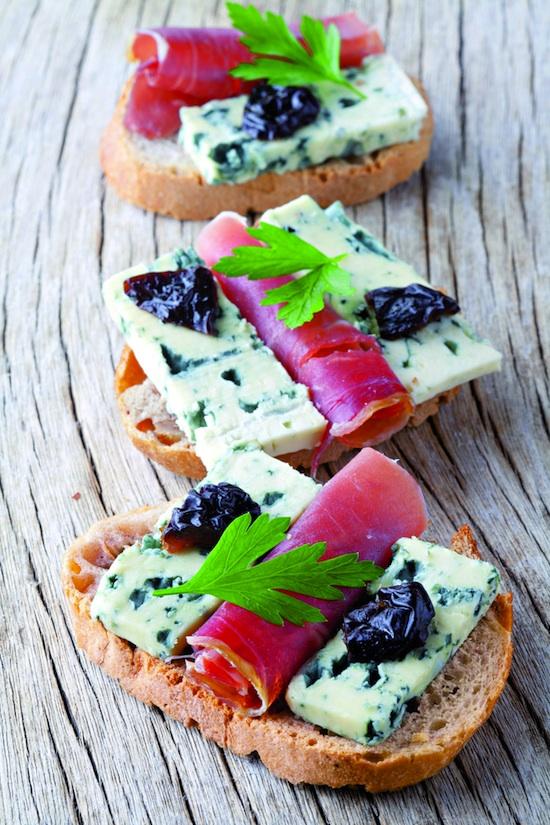 Crostini bleu d'Auvergne, jambon et pruneaux