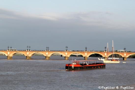 Péniche devant le Pont de Pierre