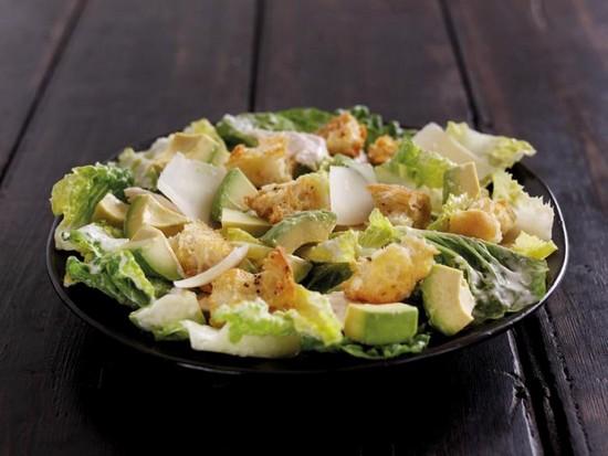 Salade Cesar au poulet et à l'avocat du Pérou