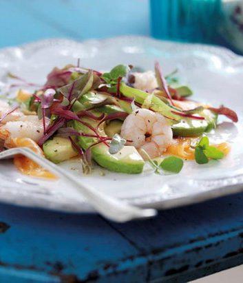 Salade au saumon fumé, crevettes et avocats à la Péruvienne