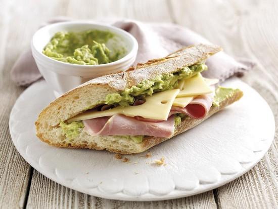 Sandwich au jambon blanc, fromage et avocat du pérou