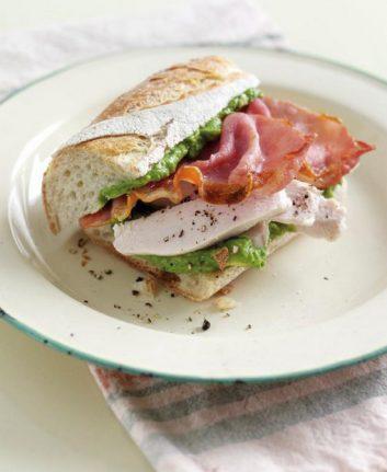Sandwich au poulet, bacon et à l'avocat du Pérou