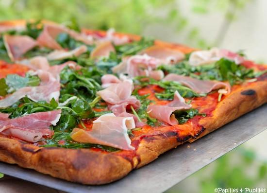 Pizza coulis de tomate mozzarella roquette jambon de Bayonne