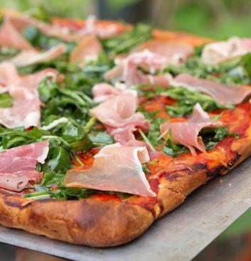 Pizza tomate mozzarella roquette et jambon de Bayonne