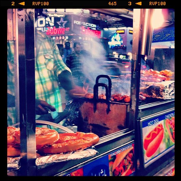 #streetFood #newyork Tellement de camions avec pleins de choses différentes : kebabs, bagels, jus de fruits, noix, bretzels ....