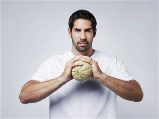 L'empereur Maximilien Ier serait mort d'un excès de consommation de melons. Nikola est champion du Monde de handball. Cette force de la nature est d'une grande simplicité. Il n'a pas pris le melon !