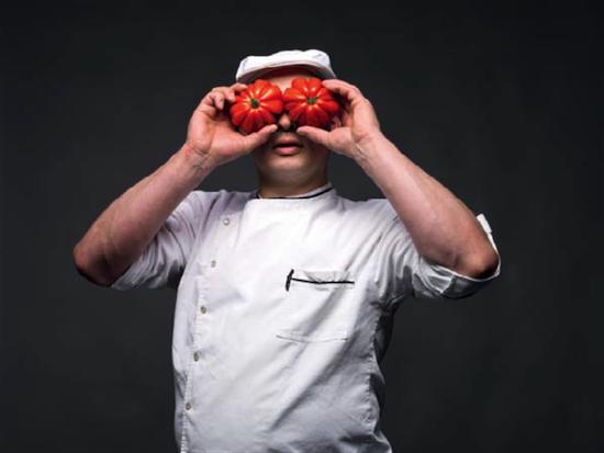 La tomate débarquée avec les premiers explorateurs sera très vite consommée en Espagne et en Italie, alors qu'il faudra attendre plusieurs siècles pour que les Français et les Belges ne la fassent passer de plante d'ornement réputée dangereuse à reine des assiettes. Jérôme, notre voisin charcutier.