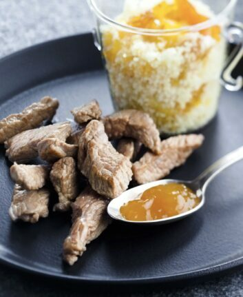 Agneau grillé et chutney à la mangue, abricots secs et clémentines