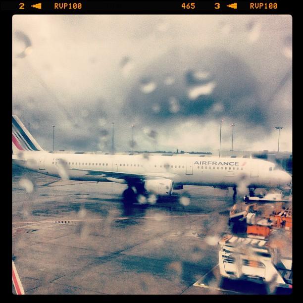 Embarque sous la pluie