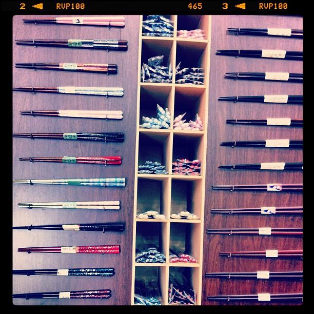 Des baguettes tout plein de baguettes à Kappabashi, LA rue de Tokyo où il y a tous les articles de cuisine !