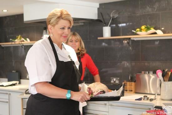 Angela avant d'enfourner le plat
