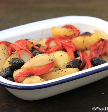 Pommes de terre et poivrons rôtis, olives noires