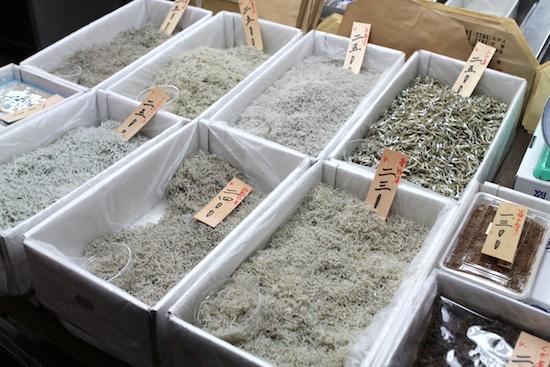 Shirasu bosshi ou Chirimen Jako  (alevin notamment des sardines salé et séché )
