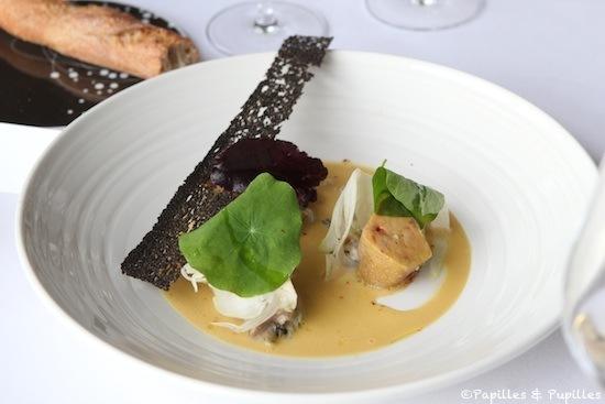 Foie gras poché dans le jus d'une bouillabaisse huitres bigorneaux, concombre de mer et fenouil cru, jus concentré à la criste marine
