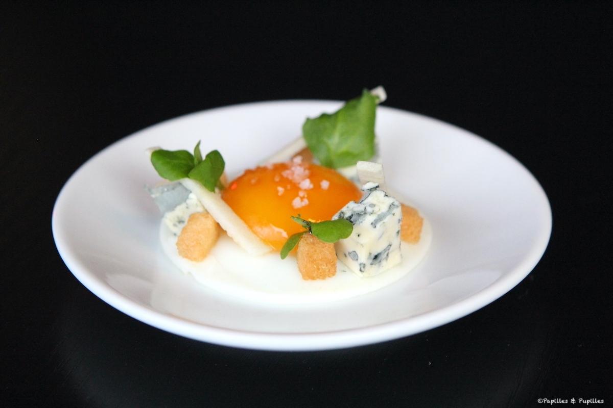 Oeuf dur au plat, mayonnaise de fourme d'Ambert, pommes verte acidulée et noix du Périgord