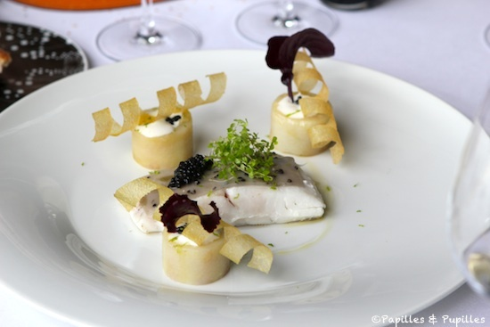 Turbot sauvage de la Cotinière, simplement poêlé sous une croute iodée citron et caviar, Pommes de terre Charlotte confites dans un jus d'oursin et crème fermière