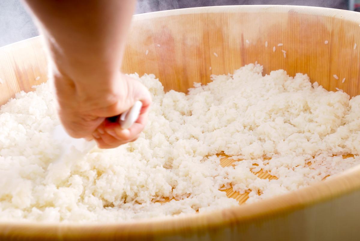 Préparation du riz à sushi ©Shebeko shutterstock