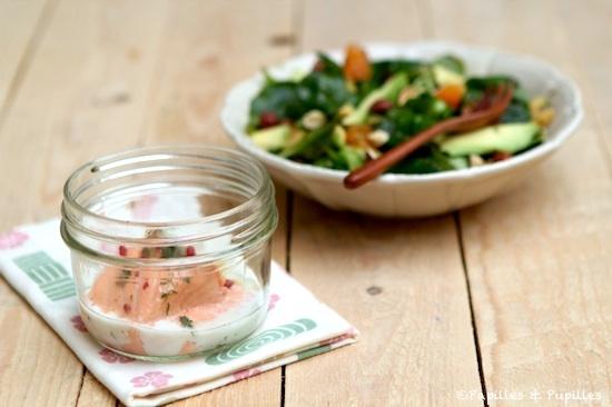Saumon à l'aneth et aux baies roses et sa salade de mâche aux clémentines, avocat et noisettes