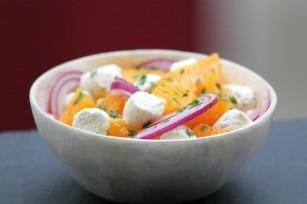 Salade d'oranges, oignons rouges et fromage frais