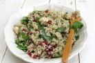 Salade de quinoa, grenade et pousses d'épinards