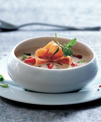 Soupe froide au concombre, yaourt grec et saumon fumé ©Franck Moneger - Delpeyrat