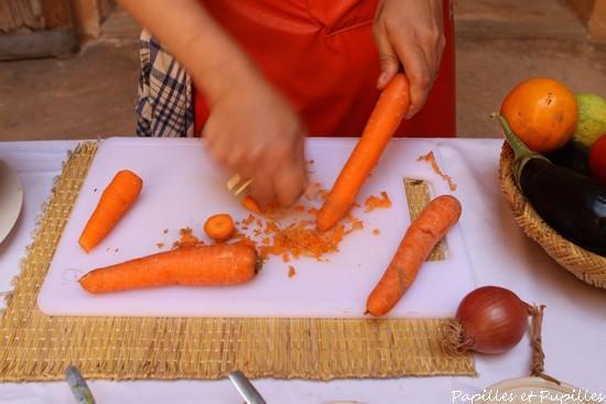 Epluchez les carottes et taillez-les en rondelles biseautées