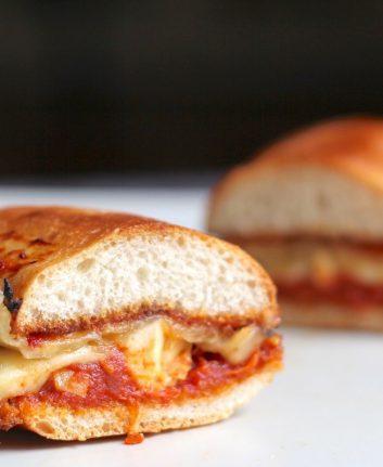 Paninis aux tomates concassées, poulet et fromage
