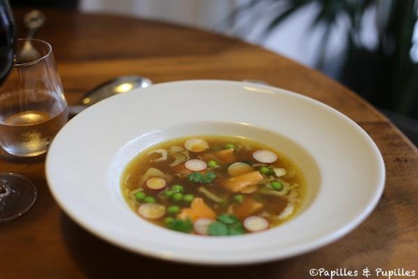 Bouillon aux légumes croquants et lamelles de saumon
