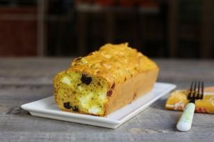 Cake aux olives noires, feta et curcuma
