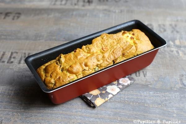 Cake aux olives noires, feta et herbes de Provence après cuisson