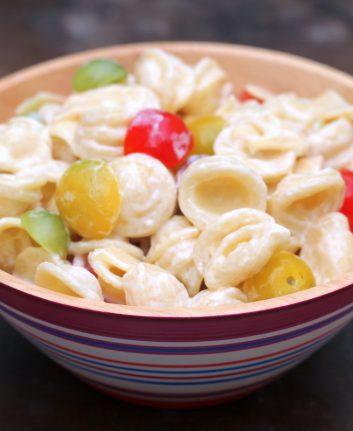 Salade de pâtes, tomates multicolores et fromage