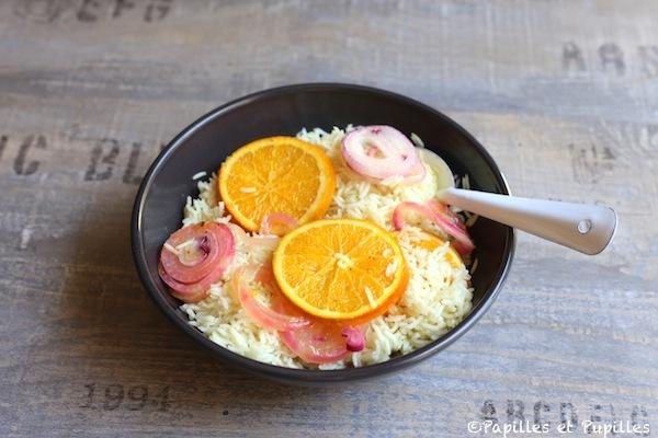 Riz, lamelles d'orange et d'oignon rouge