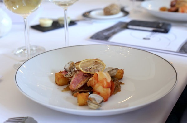 Filets de rougets grillés, coquillages et crustacés sautés minute, tian de légumes et polenta au basilic, sauce coraillée