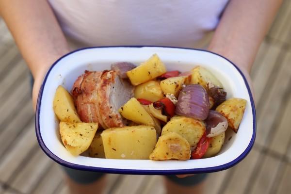 Filet mignon au four en habit de lard fumé, pommes de terre et poivron