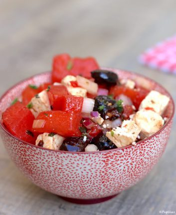 Salade de pastèque, feta, olives noires et menthe en vidéo