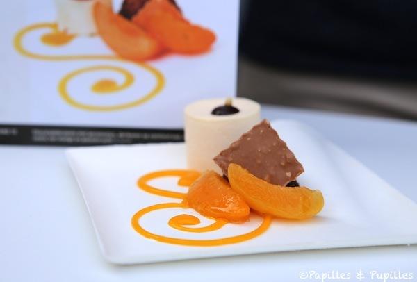 Brownie au chocolat et aux noix de pécan, abricots au sirop à la vanille, glace aux amandes, coulis de mangue et fruits de la passion - Servaas Van Mullem